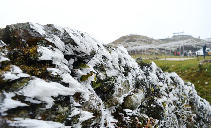 Hà Nội rét dưới 10 độ C, Mẫu Sơn băng giá phủ trắng - Ảnh 5.
