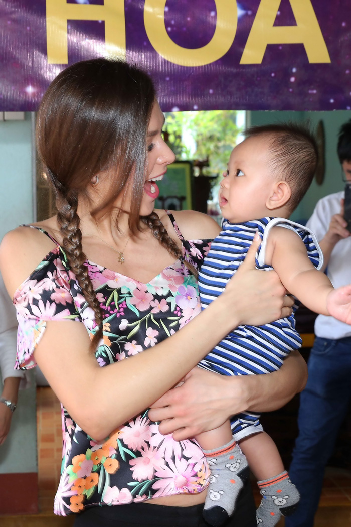 Hoa hậu H'Hen Niê giản dị trong chuyến đi từ thiện đầu tiên - Ảnh 2.
