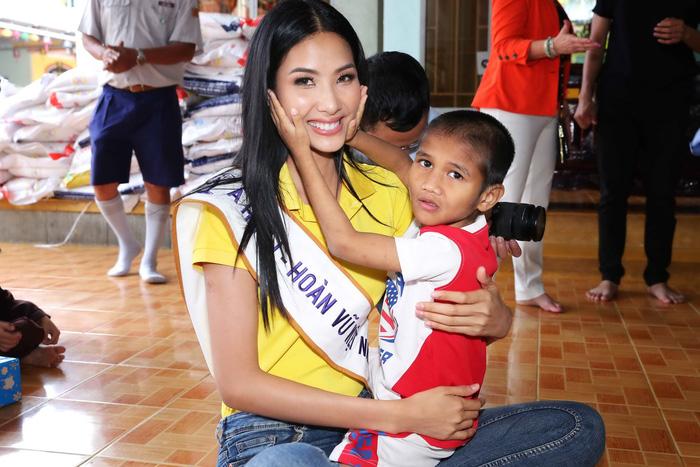 Hoa hậu H'Hen Niê giản dị trong chuyến đi từ thiện đầu tiên - Ảnh 6.