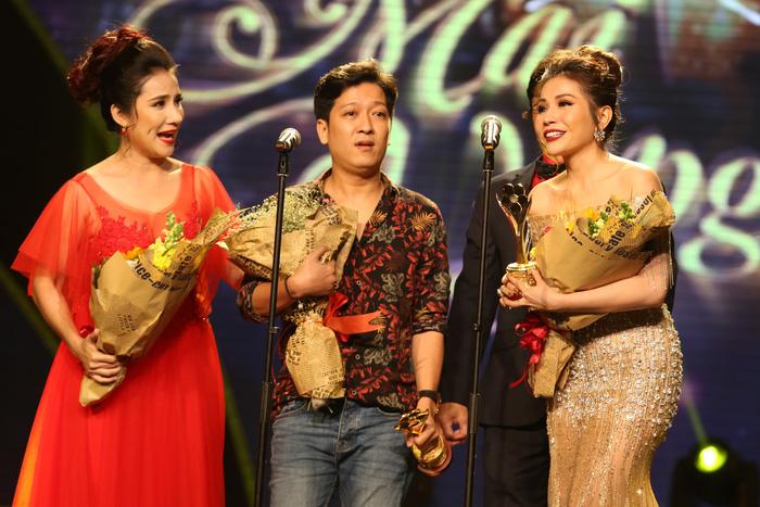 Trường Giang vừa được giải vừa hỏi vợ tại lễ trao giải Mai Vàng 2017 - Ảnh 1.