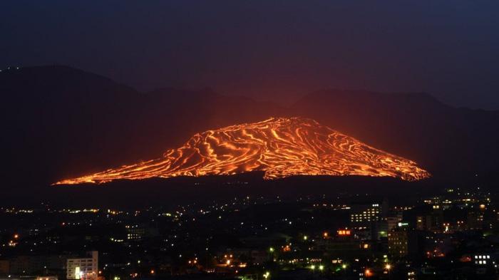 Lễ hội đốt cháy ngọn núi ở Nhật Bản - Ảnh 2.