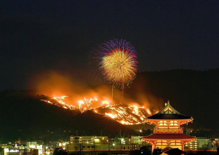 Lễ hội đốt cháy ngọn núi ở Nhật Bản - Ảnh 1.