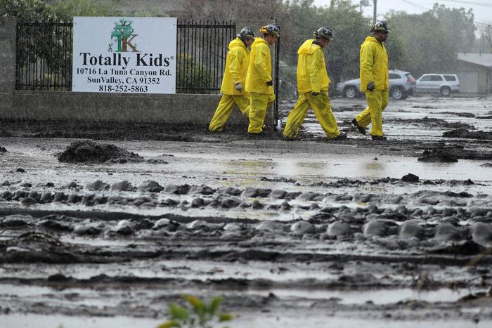 Bang California hứng trận lũ bùn quét khủng khiếp, 8 người thiệt mạng - Ảnh 1.