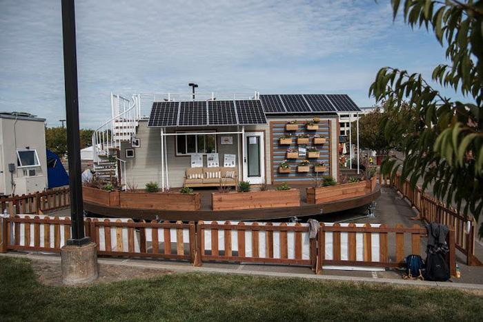 Nhà mini tự xoay dùng điện năng lượng mặt trời - Ảnh 1.