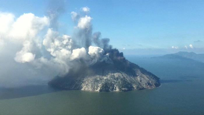 Một ngày hai nơi trên trái đất cùng sơ tán dân vì núi lửa - Ảnh 1.