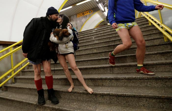 Nam thanh nữ tú diện quần lót đi tàu điện cho vui - Ảnh 11.