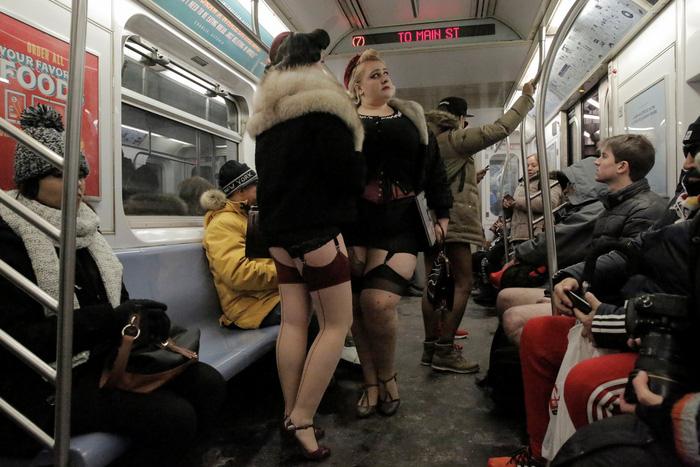 Nam thanh nữ tú diện quần lót đi tàu điện cho vui - Ảnh 13.