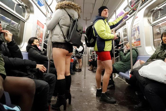Nam thanh nữ tú diện quần lót đi tàu điện cho vui - Ảnh 14.