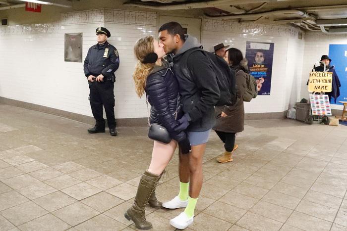 Nam thanh nữ tú diện quần lót đi tàu điện cho vui - Ảnh 15.