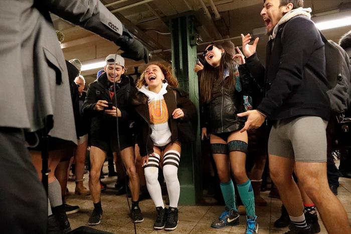 Nam thanh nữ tú diện quần lót đi tàu điện cho vui - Ảnh 17.