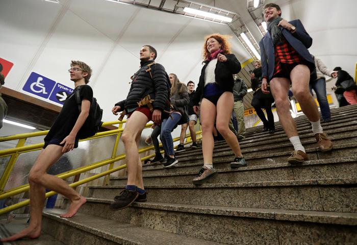 Nam thanh nữ tú diện quần lót đi tàu điện cho vui - Ảnh 1.