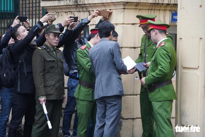 Nhiều người nước ngoài đến dự phiên xử ông Đinh La Thăng - Ảnh 11.