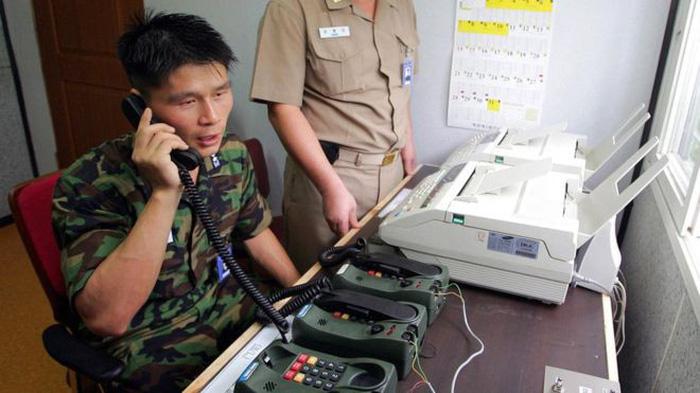 Triều Tiên mở lại đường dây nóng với Hàn Quốc - Ảnh 1.