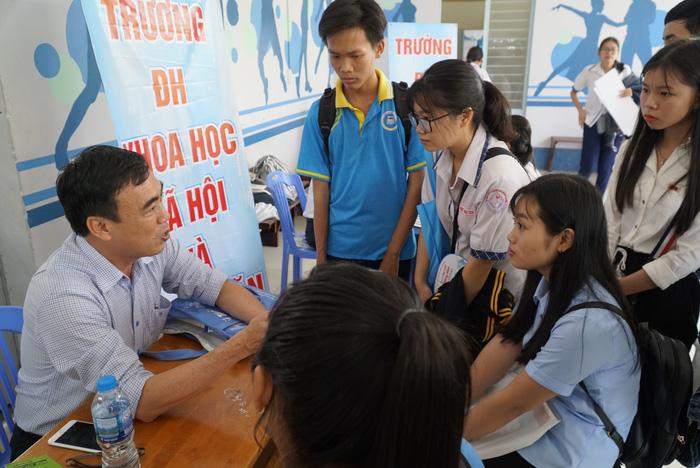 4.000 học sinh về thủ phủ sen hồng nghe tư vấn tuyển sinh - Ảnh 8.