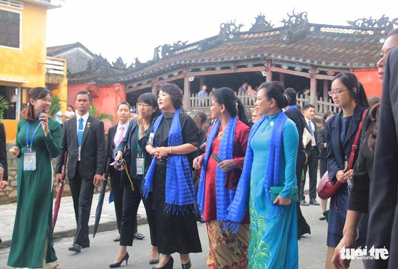Phu nhân các lãnh đạo APEC thăm Hội An trong mưa lất phất - Ảnh 3.