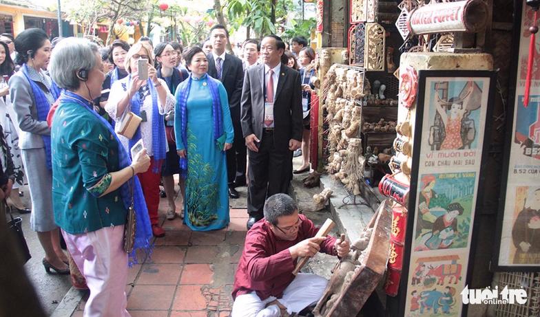 Phu nhân các lãnh đạo APEC thăm Hội An trong mưa lất phất - Ảnh 5.