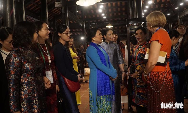 Phu nhân các lãnh đạo APEC thăm Hội An trong mưa lất phất - Ảnh 6.