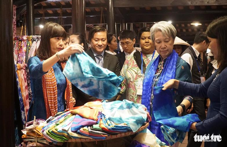 Phu nhân các lãnh đạo APEC thăm Hội An trong mưa lất phất - Ảnh 8.