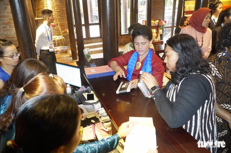 Phu nhân các lãnh đạo APEC thăm Hội An trong mưa lất phất - Ảnh 9.