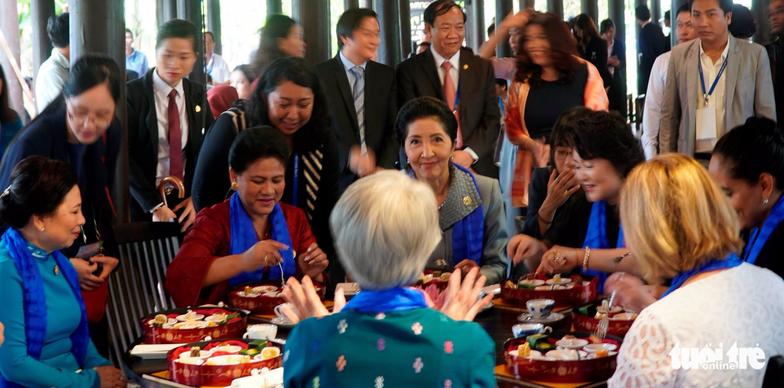 Phu nhân các lãnh đạo APEC thăm Hội An trong mưa lất phất - Ảnh 10.