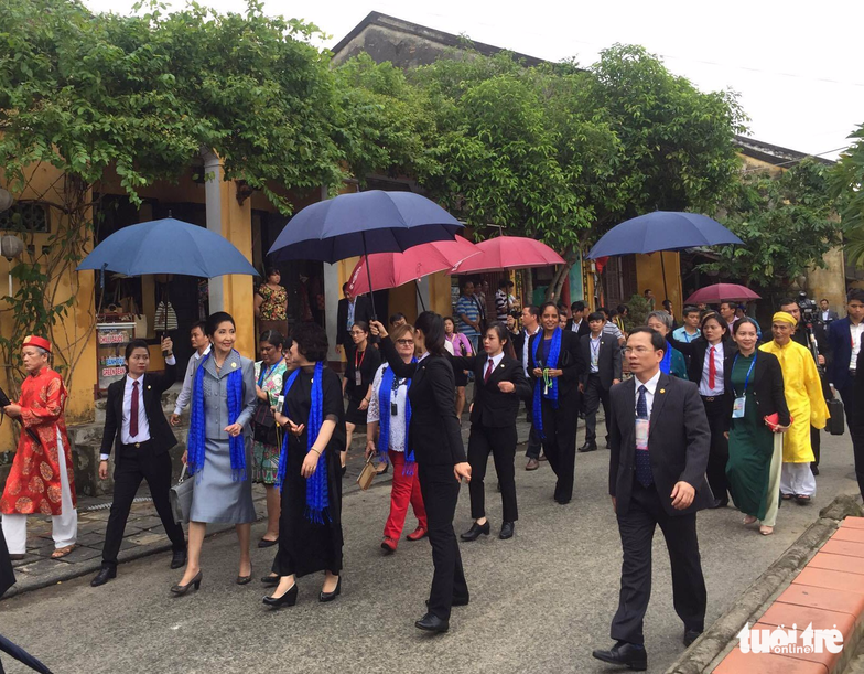 Phu nhân các lãnh đạo APEC thăm Hội An trong mưa lất phất - Ảnh 2.
