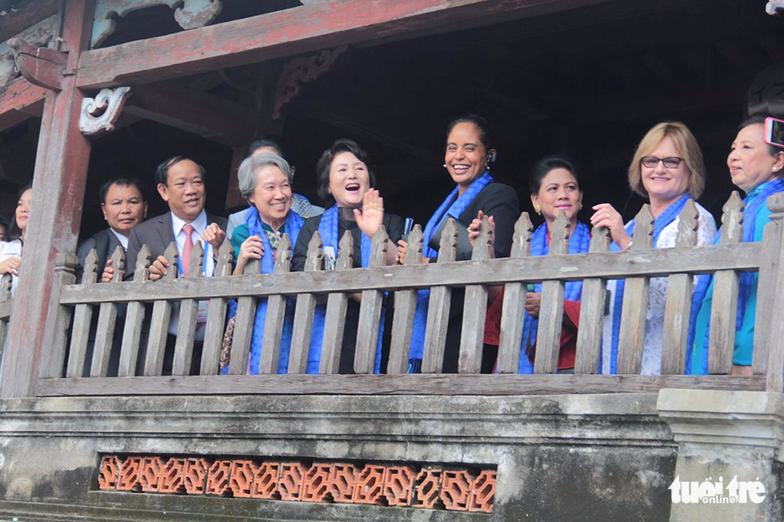 Phu nhân các lãnh đạo APEC thăm Hội An trong mưa lất phất - Ảnh 4.