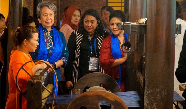 Phu nhân các lãnh đạo APEC thăm Hội An trong mưa lất phất - Ảnh 7.
