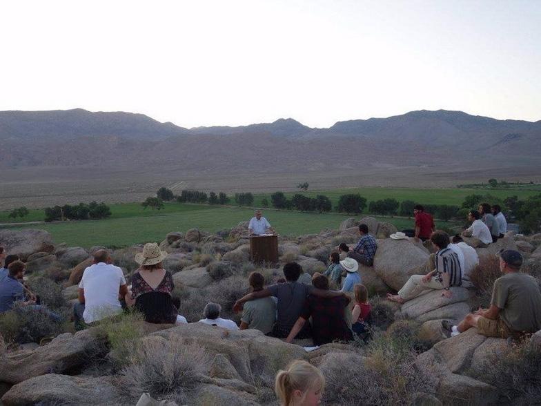 Lạ lùng ngôi trường giữa sa mạc chỉ có 30 nam sinh viên - Ảnh 10.