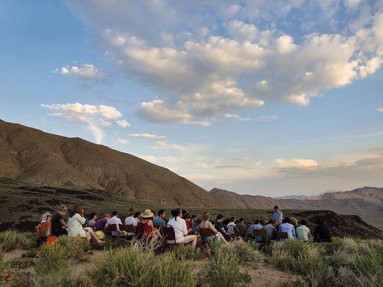 Lạ lùng ngôi trường giữa sa mạc chỉ có 30 nam sinh viên - Ảnh 11.