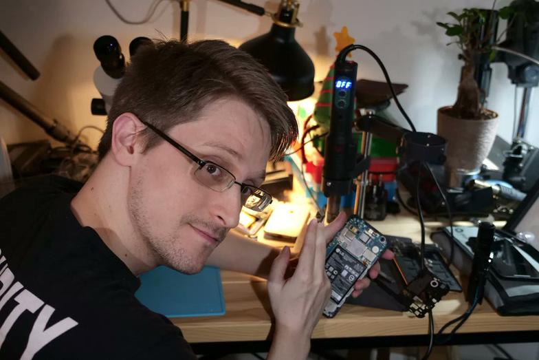 Edward Snowden làm ứng dụng giúp bảo vệ laptop - Ảnh 1.