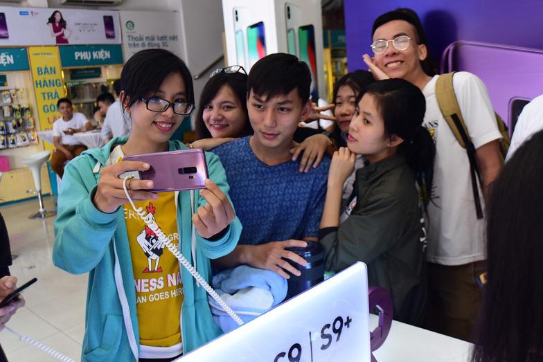 Samsung Galaxy S9/S9+ đắt hàng ngày đầu mở bán - Ảnh 5.
