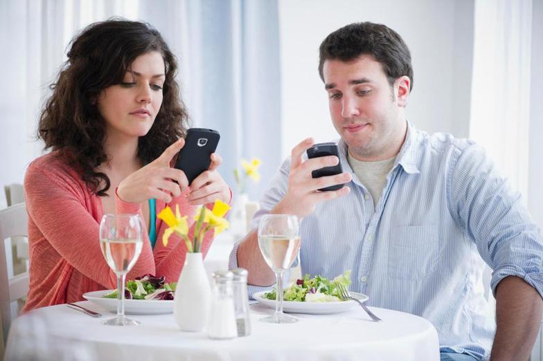 Smartphone khiến chúng ta mất hứng ăn? - Ảnh 1.