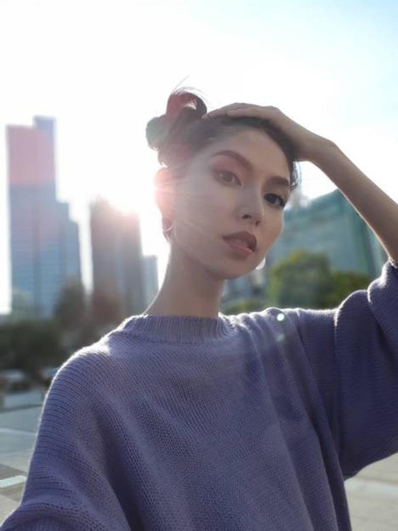 Bí quyết selfie đẹp như siêu mẫu Thùy Dương - Ảnh 3.