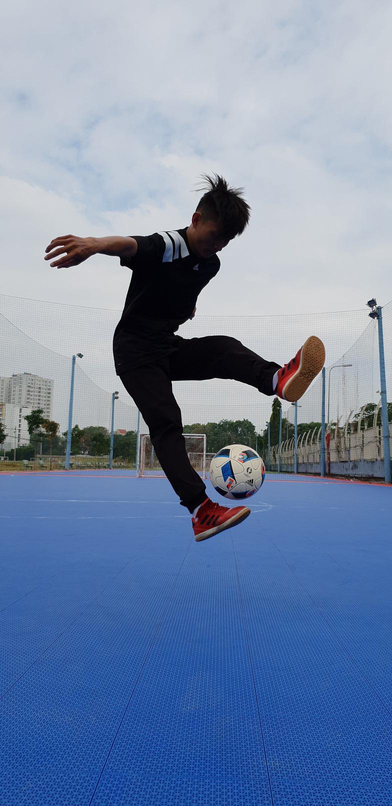 Khuấy động trào lưu lơ lửng chậm cùng freestyle football và parkour - Ảnh 1.