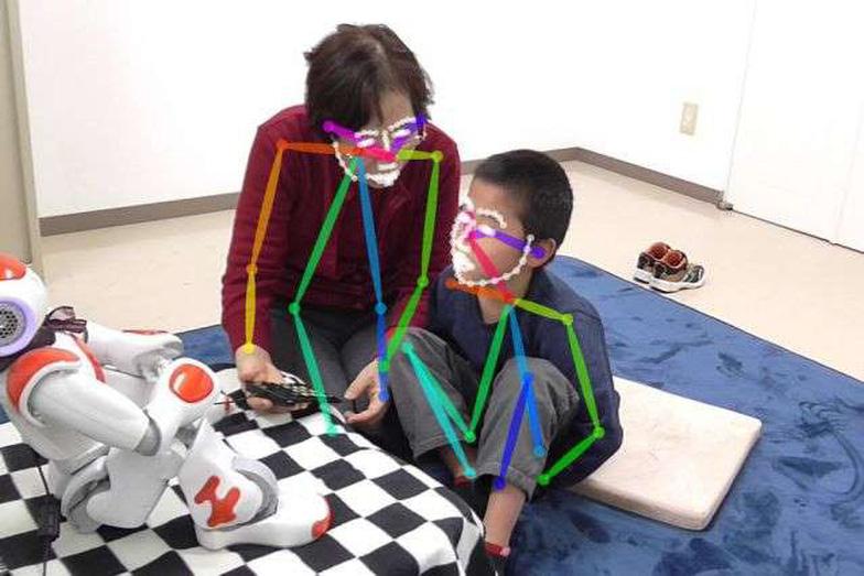 Robot AI giúp trẻ tự kỷ 'đọc' cảm xúc người khác tốt hơn - Ảnh 1.
