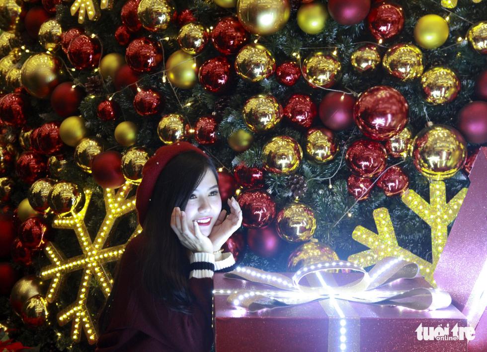 Giới trẻ Sài Gòn nô nức chụp ảnh Giáng sinh - Ảnh 4.