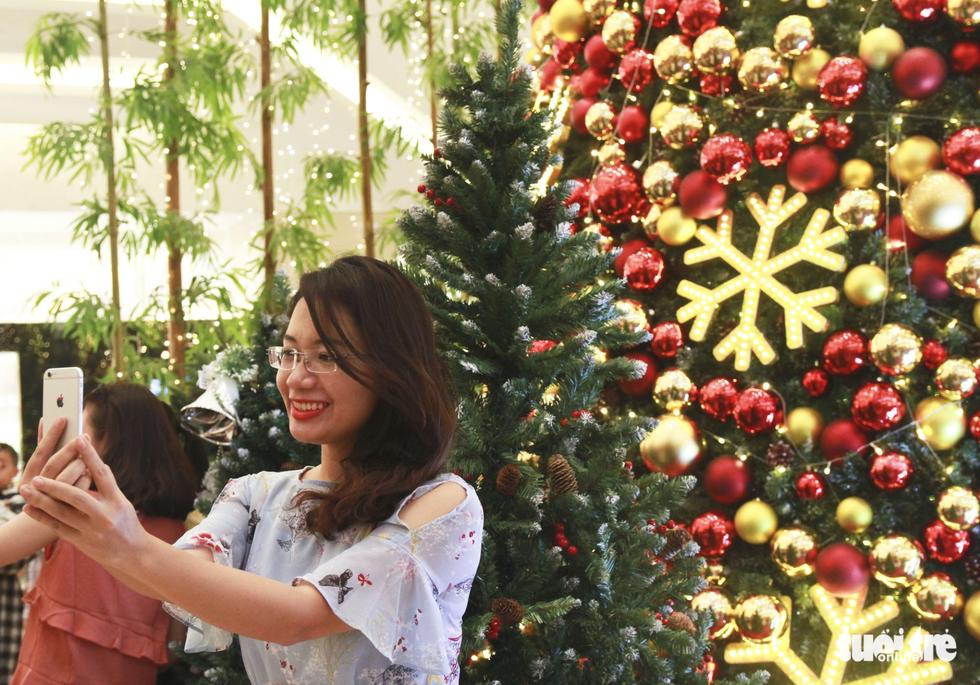 Giới trẻ Sài Gòn nô nức chụp ảnh Giáng sinh - Ảnh 5.