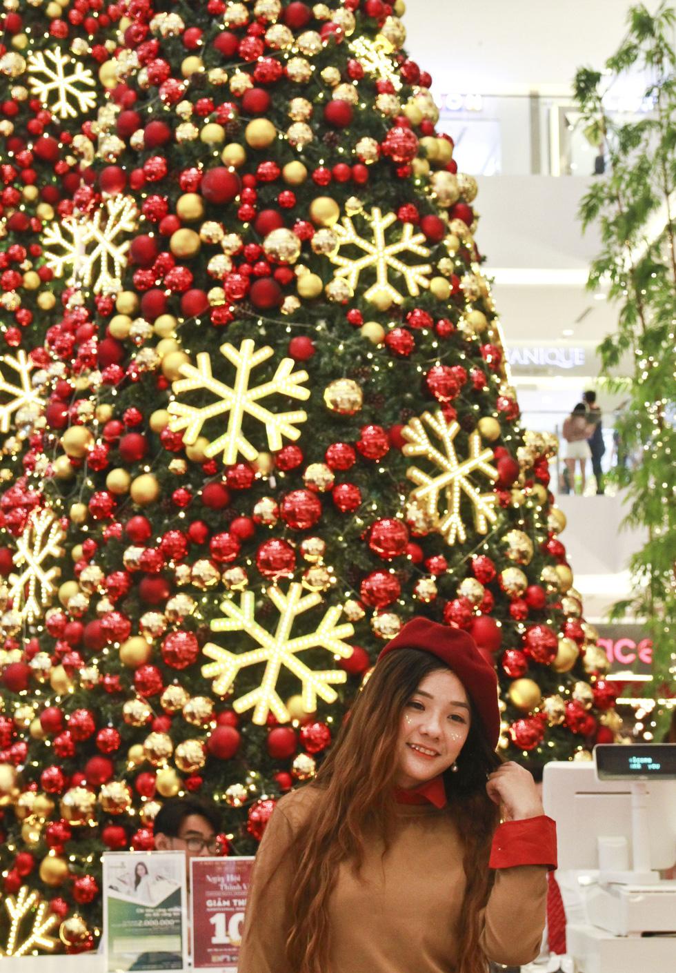 Giới trẻ Sài Gòn nô nức chụp ảnh Giáng sinh - Ảnh 7.