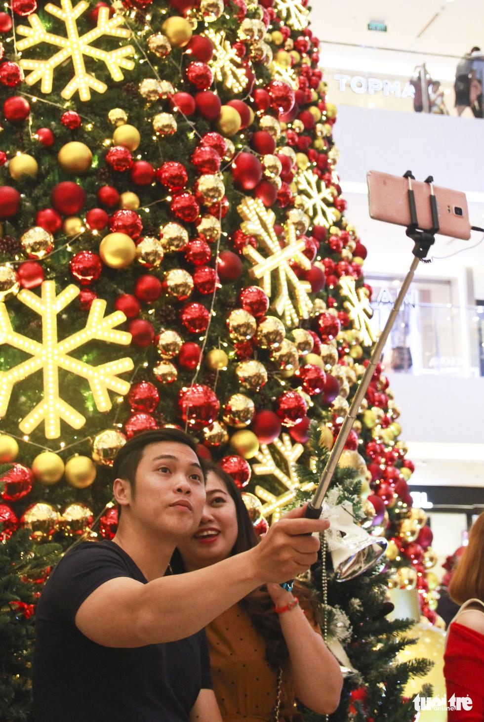 Giới trẻ Sài Gòn nô nức chụp ảnh Giáng sinh - Ảnh 8.