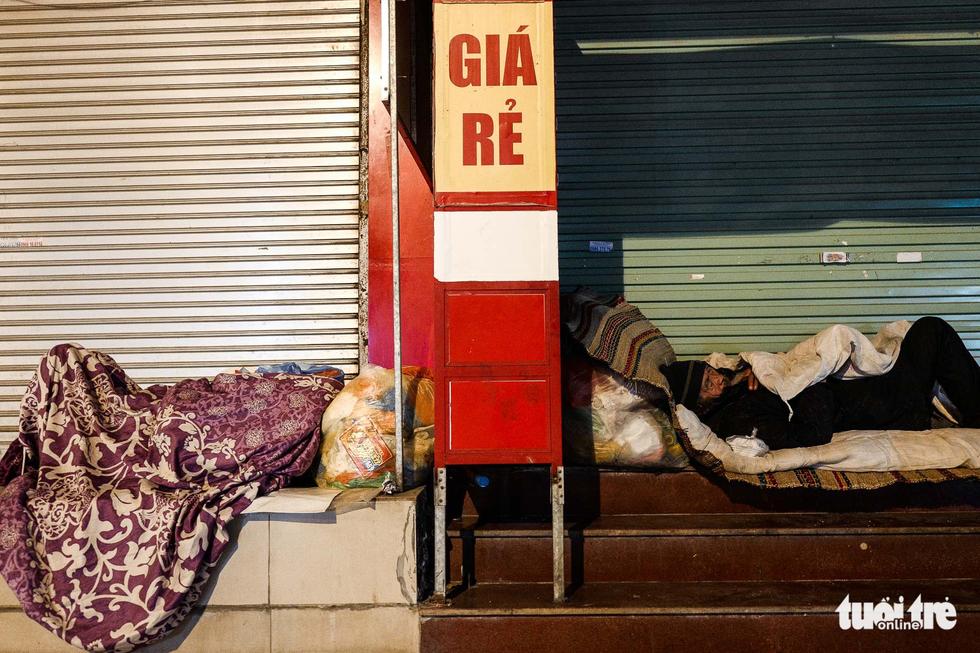 Người vô gia cư co ro giữa đêm đông Hà Nội - Ảnh 1.