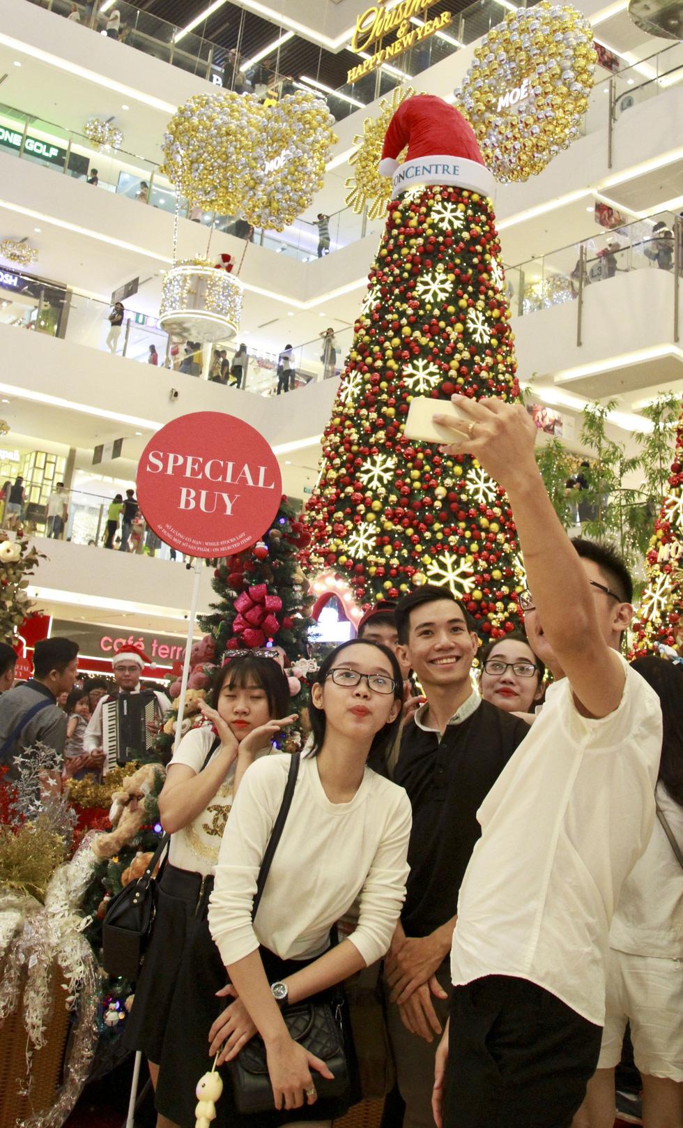 Giới trẻ Sài Gòn nô nức chụp ảnh Giáng sinh - Ảnh 10.