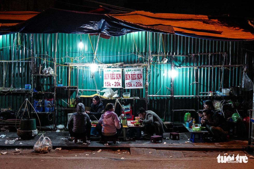 Người vô gia cư co ro giữa đêm đông Hà Nội - Ảnh 6.