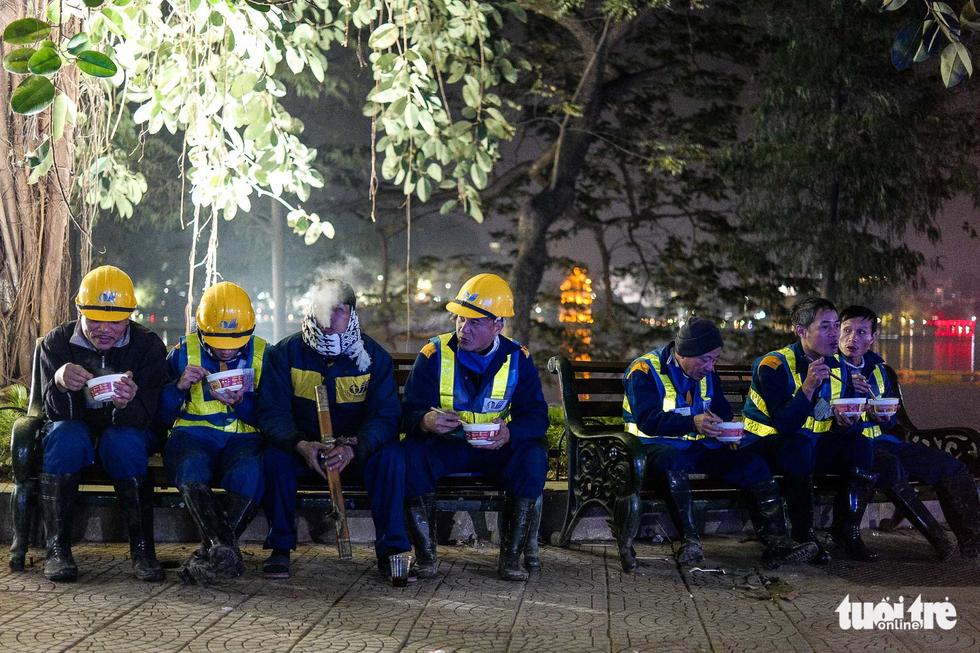 Người vô gia cư co ro giữa đêm đông Hà Nội - Ảnh 2.