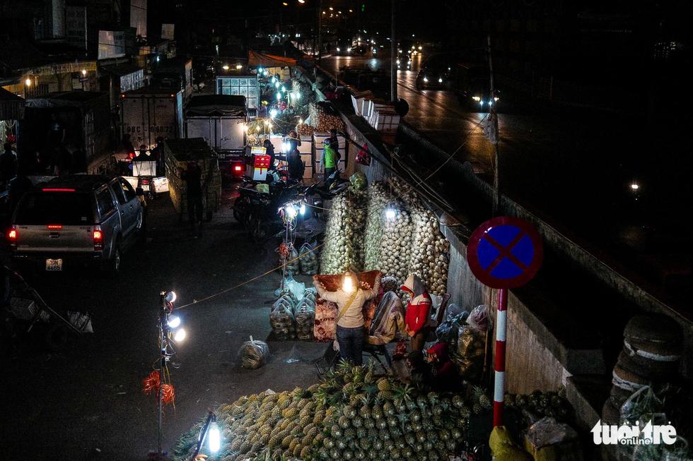 Người vô gia cư co ro giữa đêm đông Hà Nội - Ảnh 3.
