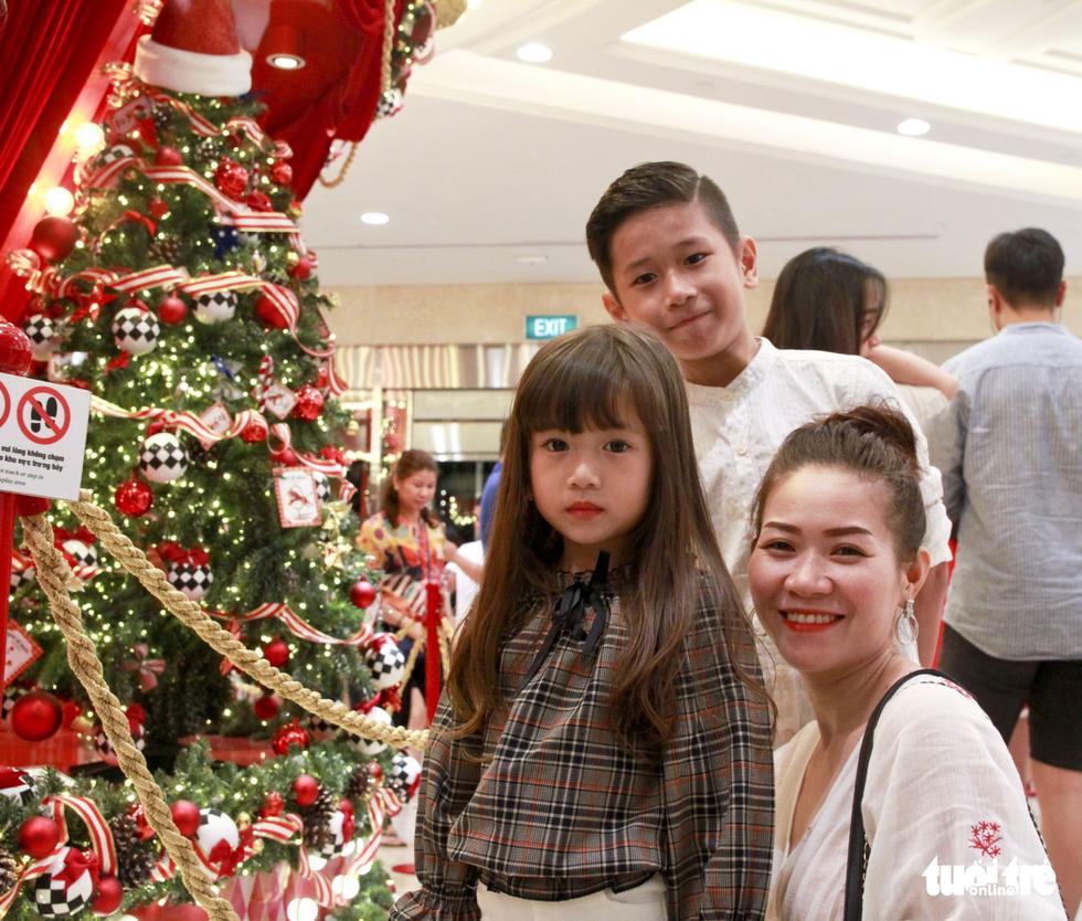 Giới trẻ Sài Gòn nô nức chụp ảnh Giáng sinh - Ảnh 13.