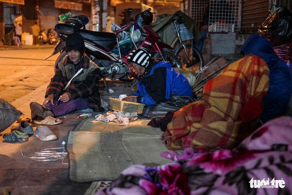 Người vô gia cư co ro giữa đêm đông Hà Nội - Ảnh 5.