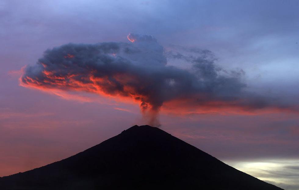 Thế giới trong tuần qua ảnh: núi lửa phun ở Indonesia, tai nạn đường sắt ở Tây Ban Nha - Ảnh 1.