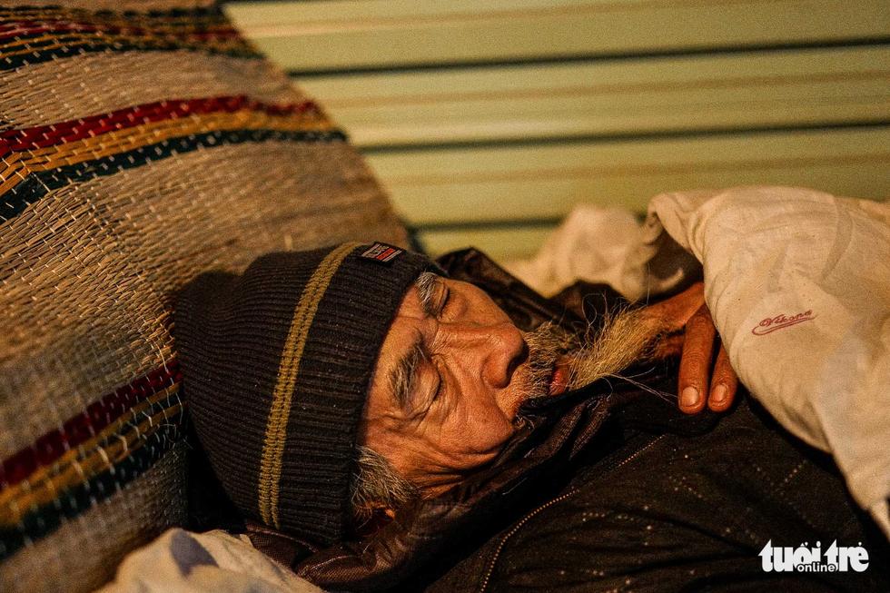 Người vô gia cư co ro giữa đêm đông Hà Nội - Ảnh 7.