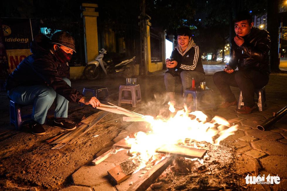 Người vô gia cư co ro giữa đêm đông Hà Nội - Ảnh 8.