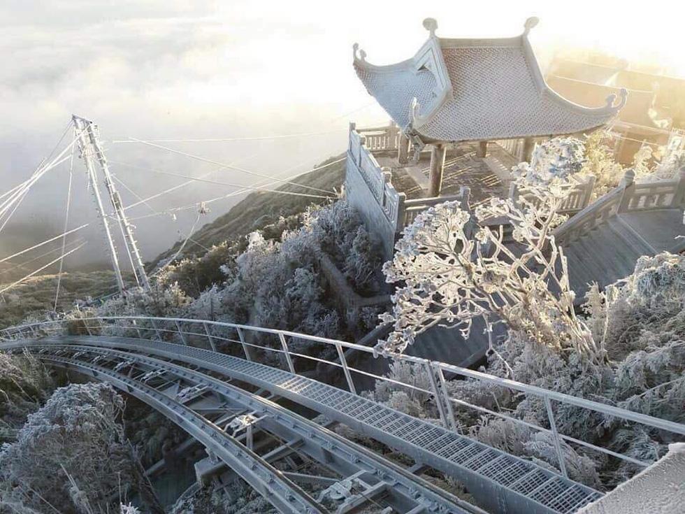 Mưa tuyết phủ trắng đỉnh Fansipan đẹp như cổ tích - Ảnh 1.